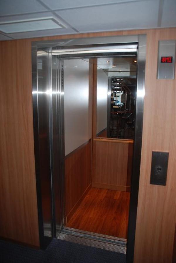 В кормовой части теплохода имеется лифт, позволяющий путешествовать на теплоходе людям с ограниченными возможностями.